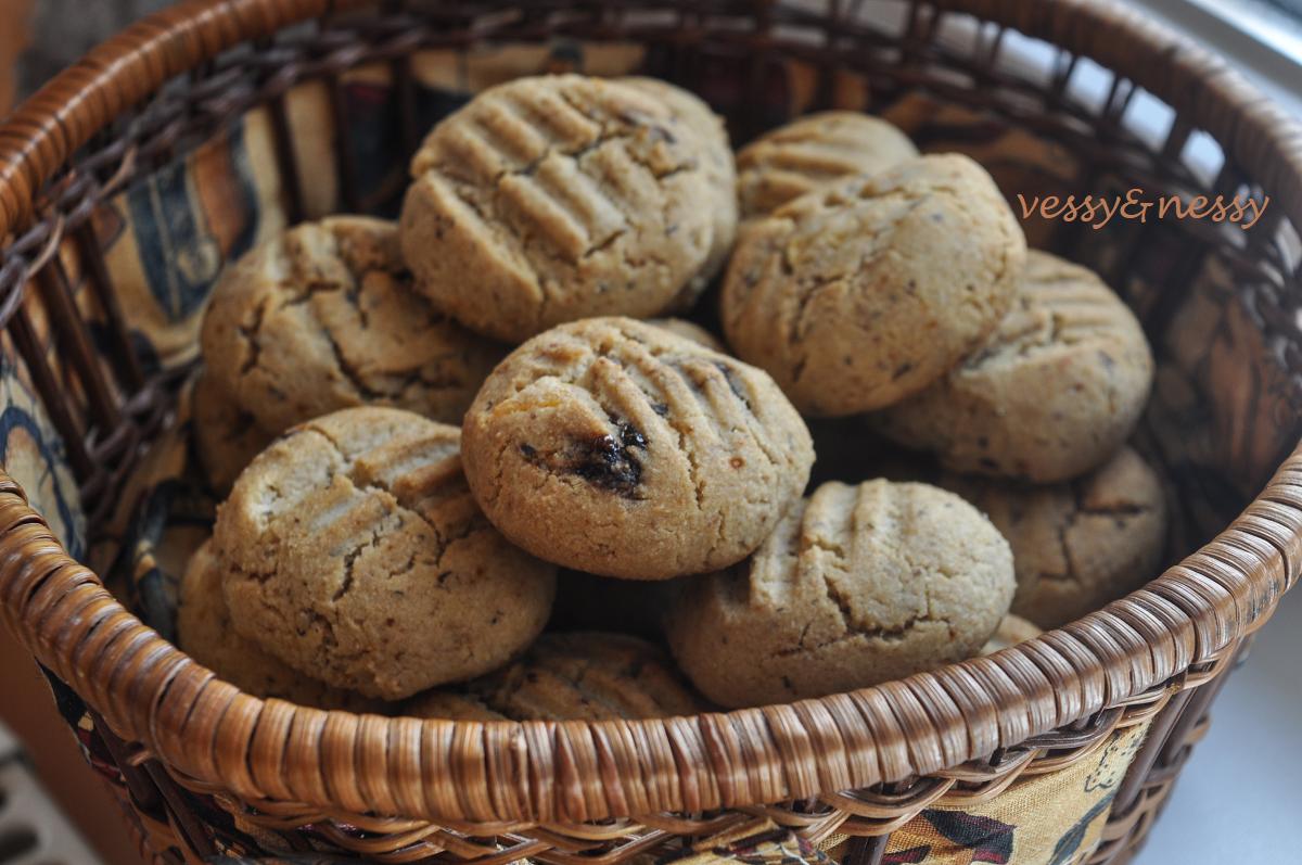 Бисквити със сушени плодове и грис