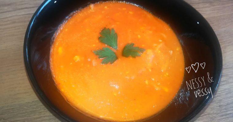 Доматена супа с фиде и топено сирене