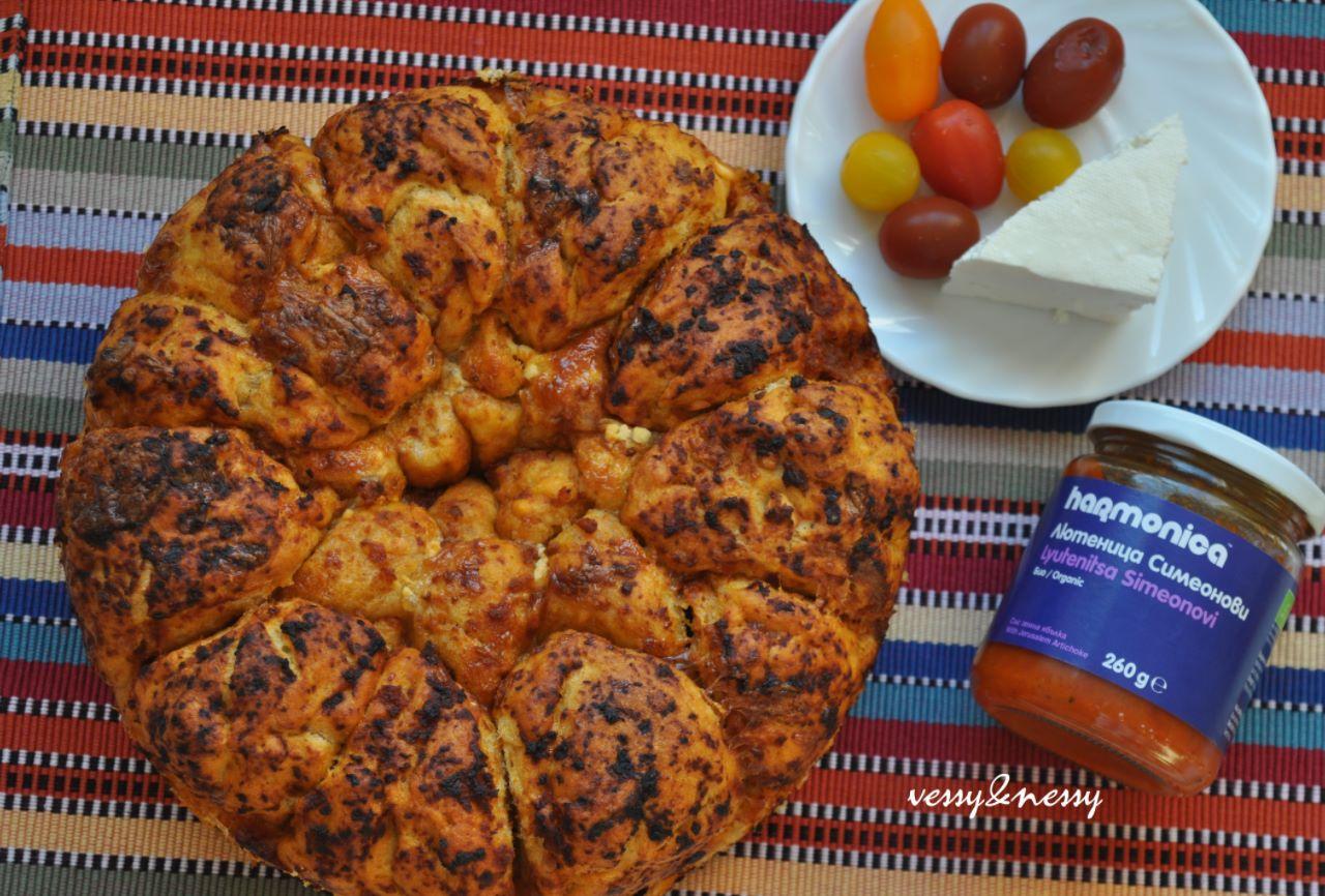 Маймунски хляб с ръж, лютеница и сирене